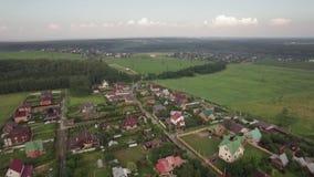Casas privadas en el pueblo de Lukino, visión aérea almacen de metraje de vídeo