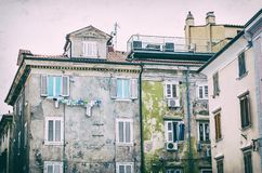 Casas privadas velhas em Piran, filtro análogo foto de stock