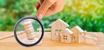 Casas/propiedades inmobiliarias y un martillo del juez corte y divisi imagenes de archivo