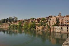 Casas que dan sobre el río Fotografía de archivo libre de regalías