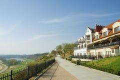 Casas que negligenciam o Vistula River fotos de stock