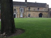 Casas que rodean la yarda de la iglesia de monasterio imágenes de archivo libres de regalías