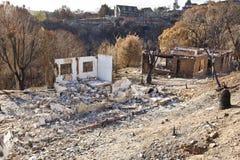 Casas quemadas a la tierra por el fuego Fotos de archivo