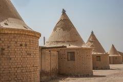 Casas redondas com os telhados aguçados cônicos, construídos pelo inglês para os empregados das estradas de ferro em África, na b fotografia de stock