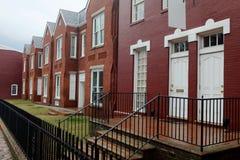 Casas renovadas do tijolo do dia chuvoso imagens de stock