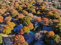 Casas residenciais da opinião obscura do zangão com jardim, garagem e as folhas coloridas perto de Dallas fotografia de stock