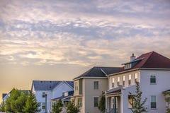 Casas residenciais na aurora Utá contra o céu imagem de stock