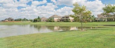Casas residenciais pelo lago em Pearland, Texas, EUA Imagem de Stock
