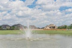Casas residenciais pelo lago em Pearland, Texas, EUA Fotos de Stock Royalty Free
