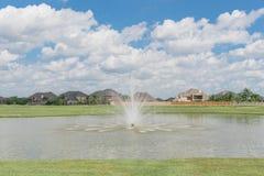 Casas residenciales por el lago en Pearland, Tejas, los E.E.U.U. Fotografía de archivo libre de regalías