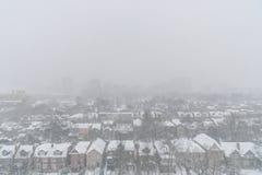 Casas residenciales y tejados cubiertos con nieve en snowsto del invierno fotografía de archivo