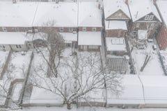 Casas residenciales y tejados cubiertos con nieve en snowsto del invierno imagen de archivo libre de regalías