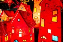 Casas rojas de la linterna de la Navidad Foto de archivo libre de regalías