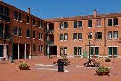 Casas rojas modernas en un cuadrado Imagen de archivo libre de regalías