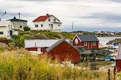 Casas rojas sobre la bahía Fotos de archivo libres de regalías