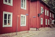 Casas rojas típicas en el museo Wadkoping, Suecia del aire abierto Foto de archivo