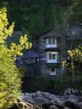 Casas, severo, vago, fondo, con las rocas del primero plano y la luz, follaje colorido foto de archivo libre de regalías