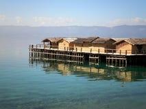 Casas sobre el lago Foto de archivo libre de regalías