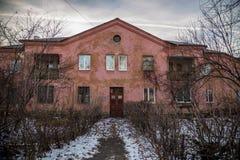 Casas soviéticas velhas construídas por prisioneiros alemães após a segunda guerra mundial no final 40 do ` s Fotografia de Stock