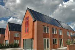 Casas suburbanas com coletores do sol imagem de stock royalty free