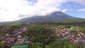 Casas sucias y establecimientos del acuerdo de la ciudad construidos en el pie de Mt Banahaw almacen de metraje de vídeo