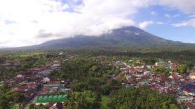 Casas sucias y establecimientos del acuerdo de la ciudad construidos en el pie de Mt Banahaw metrajes