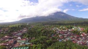 Casas sucias y establecimientos del acuerdo de la ciudad construidos en el pie de Mt Banahaw almacen de video
