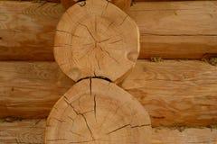 Casas suportadas com teste padrão da alvenaria em seções de troncos secos do pinho Foto de Stock