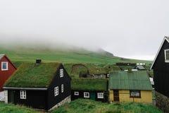 Casas típicas com o telhado da grama em Ilhas Faroé Fotos de Stock Royalty Free