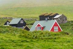 Casas típicas com o telhado da grama em Ilhas Faroé Imagem de Stock Royalty Free