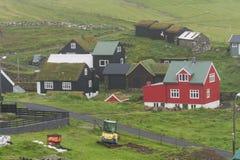 Casas típicas com o telhado da grama em Ilhas Faroé Fotos de Stock