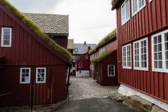 Casas típicas com o telhado da grama em Ilhas Faroé Imagens de Stock