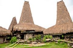 Casas típicas con los tejados altos, Kodi, isla de Sumba, Nusa Tenggara fotos de archivo libres de regalías