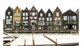 Casas típicas de Amsterdão com canal, Países Baixos foto de stock