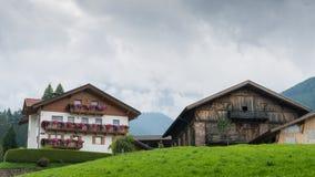 Casas típicas de la montaña de Alto Adige/al sur del Tyrol, Italia Foto de archivo