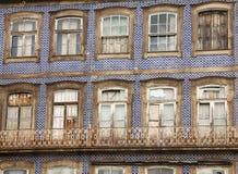 Casas telhadas velhas do Porto com as janelas quebradas e negligenciadas fotografia de stock royalty free