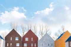 Casas Terraced com projeto minimalista e o telhado de duas águas clássico fotos de stock royalty free