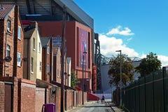 Casas Terraced empequenecidas pelo suporte £114 milhão novo dos clubes do futebol de Liverpool Fotos de Stock Royalty Free