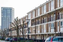 Casas terraced inglesas em contraste com planos luxuosos modernos no th fotos de stock
