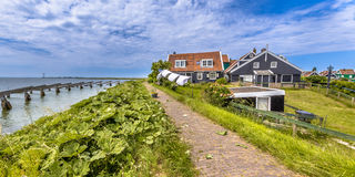 Casas típicas da aldeia piscatória em Rozewerf na ilha de Marken com Imagens de Stock