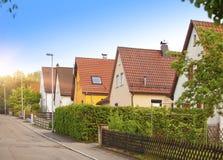 Casas tradicionais bonitas na rua da cidade pequena em Baviera, Alemanha foto de stock