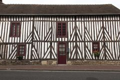 Casas tradicionais na vila medieval de en Auge de Beuvron em Normandy França imagens de stock