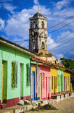 Casas tradicionales coloridas y torre de iglesia vieja en la ciudad colonial de Trinidad, Cuba fotos de archivo