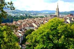 Casas tradicionales de la arquitectura suiza con su catedral del parque en la ciudad de Berna, Suiza Fotografía de archivo
