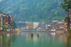 Casas tradicionales de la orilla del pueblo de Fenghuang Foto de archivo libre de regalías