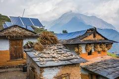 Casas tradicionales del Nepali con el panel de la célula solar en el tejado imagenes de archivo