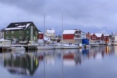 Casas tradicionales en el pueblo de Henningsvaer imagenes de archivo