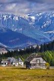 Casas tradicionales en montañas rumanas Imagen de archivo