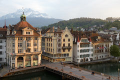 Casas urbanas abajo por el río Reuss Fotografía de archivo libre de regalías