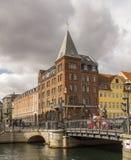 Casas urbanas coloridas de Nyhavn en distrito histórico del ` s de Copenhague de Fotografía de archivo